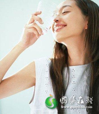 养生须知:早上一杯水怎么喝最健康