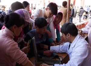 陆良县中医医院开展新春中医药义诊宣传活动