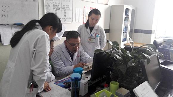 云南省中医医院脑病科主任林亚明到临沧市中医医院进行业务指导